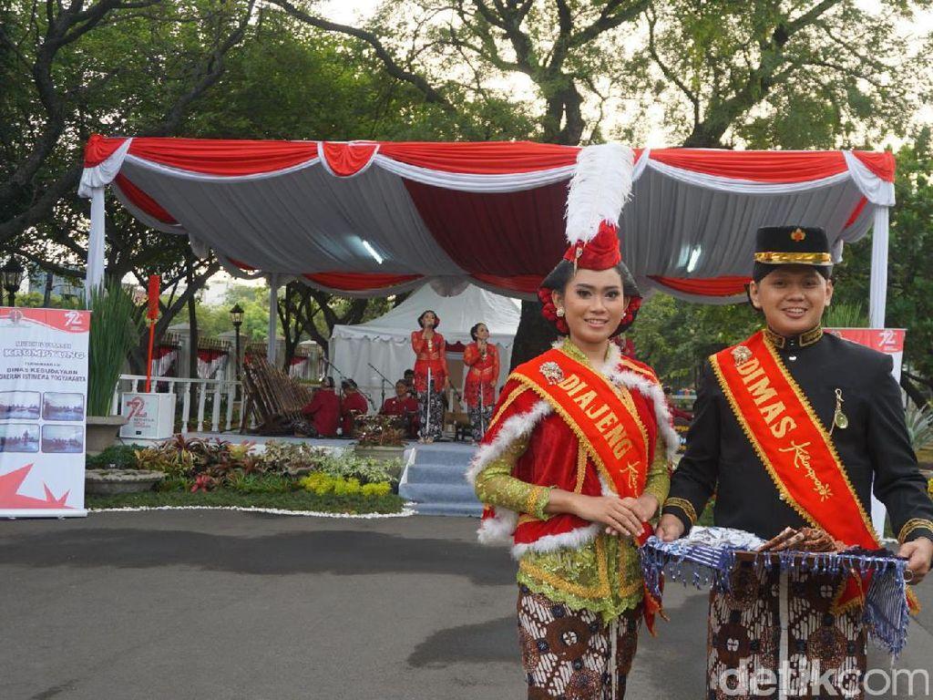 Kali ini yang berkesempatan menyambut tamu di Istana adalah Srawung Krumpyung dari Dinas Kebudayaan DIY. Mereka sudah menyiapkan alat-alat di panggung sejak tadi malam. Foto: Bagus Prihantoro Nugroho-detikcom