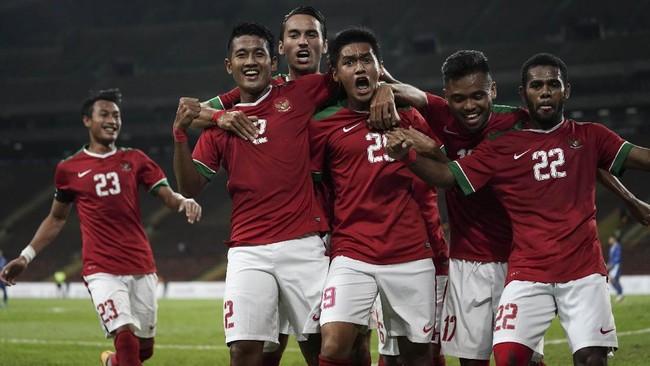 Para pemain Timnas Indonesia U-22 merayakan gol Septian David Maulana (ketiga dari kanan) ketika melawan Filipina. Septian David sudah mencetak dua gol dan satu assist di SEA Games 2017. (ANTARA FOTO/Wahyu Putro A)