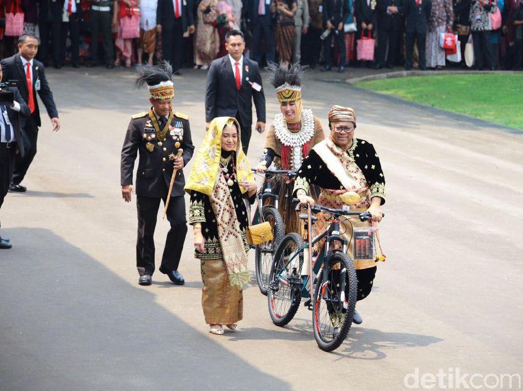 Beralih ke luar Istana, Presiden Jokowi memberi kejutan dengan memberi hadiah peserta upacara yang dianggap berbusana adat terbaik. Juara I nya Menkumham Yasonna Laoly, juara lain adalah Ketua DPD Oesman Sapta, asisten ajudan Syarif, Istri Kapolri, dan Istri Wakil Ketua MPR Mahyudin. Foto: Bagus Prihantoro Nugroho/detikcom