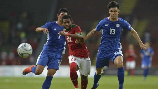 Pesepakbola Timnas Indonesia U-22 Yabes Roni (tengah) berusaha lepas dari kawalan pemain timnas Filipina U-22 Junell Mark Bautista (kiri) dan Joshua Crommen. Indonesia selanjutnya akan menghadapi Timor Leste, Minggu (20/8). (ANTARA FOTO/Wahyu Putro A)