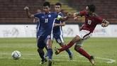 Pesepakbola naturalisasi Timnas Indonesia U-22 Ezra Walian dipercaya menjadi starter oleh pelatih Luis Milla dan bermain 90 menit ketika melawan Filipina. (ANTARA FOTO/Wahyu Putro A)