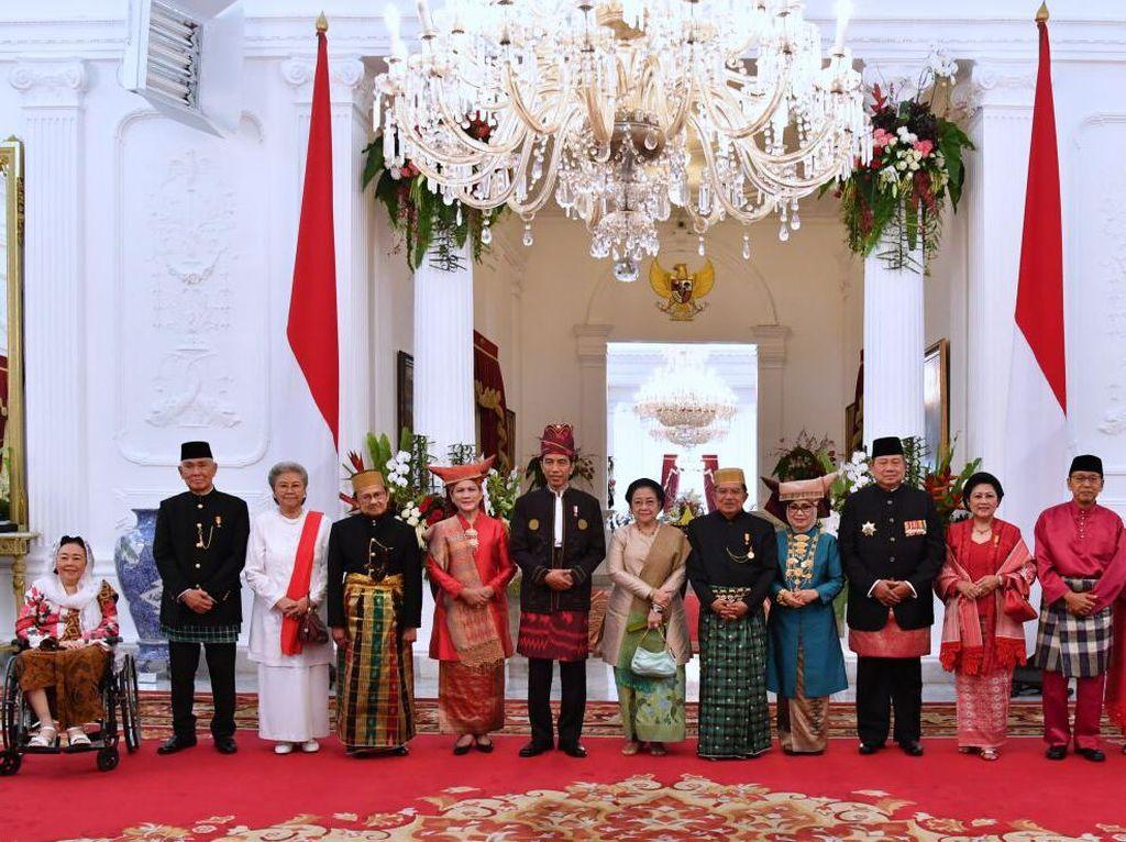 Lalu ada foto dengan versi lebih lengkap. Semua Presiden dan Wapres berfoto bersama, kecuali Hamzah Haz. Foto: Biro Pers Setpres