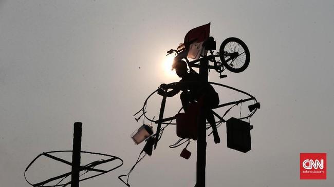 Panjat pinang sendiri menyajikan hadiah-hadiah unik, mulai dari baju, voucher, sepeda, bahkan hingga televisi. Hadiah ini memicu para peserta untuk berjuang lebih keras. (CNN Indonesia/Andry Novelino)