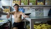 Hanya saja, kini muncul kecemasan. Gentrifikasi lingkungan-lingkungan tradisional Hong Kong sempat memunculkan isu bisnis restoran mi skala kecil akan terpengaruh. (AFP PHOTO / Isaac LAWRENCE)