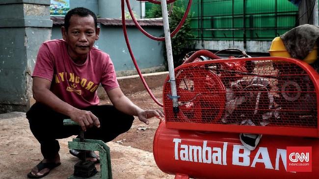 <p>Rustam (51) menjadi tukang tambal ban sejak 1979, tapi baru mangkal pada 2012 di Halte Wira, Jalan Dr. Supomo, Jakarta. Ia punya jam kerja lebih singkat, dari 11.00 WIB sampai 20.00 WIB, dengan pendapatan terbesar rata-rata Rp50 ribu per hari. (CNN Indonesia/Andry Novelino)</p>