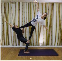 Pose akroyoga yang sulit sekalipun tak ketinggalan Tatjana coba untuk melatih keseimbangan tubuh dan kepercayaan diri. Foto: Instagram/tatjanasaphira