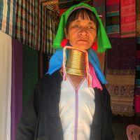 Suku tradisional di Myanmar dan Thailand terkenal karena kebiasannya memasukkan cincin-cincin leher. Cincin tersebut mulai dipakai sejak anak-anak dan seiring berjalannya waktu terus ditambah sehingga membuat leher makin panjang. (Foto: Instagram/motogeo)