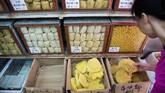 Mi tradisional di Hong Kong punya banyak rasa, mulai dari bayam, rempah, hingga mi rasa telur udang. Pelanggan tinggal memilih rasa yang sesuai selera. (AFP PHOTO / Isaac LAWRENCE)
