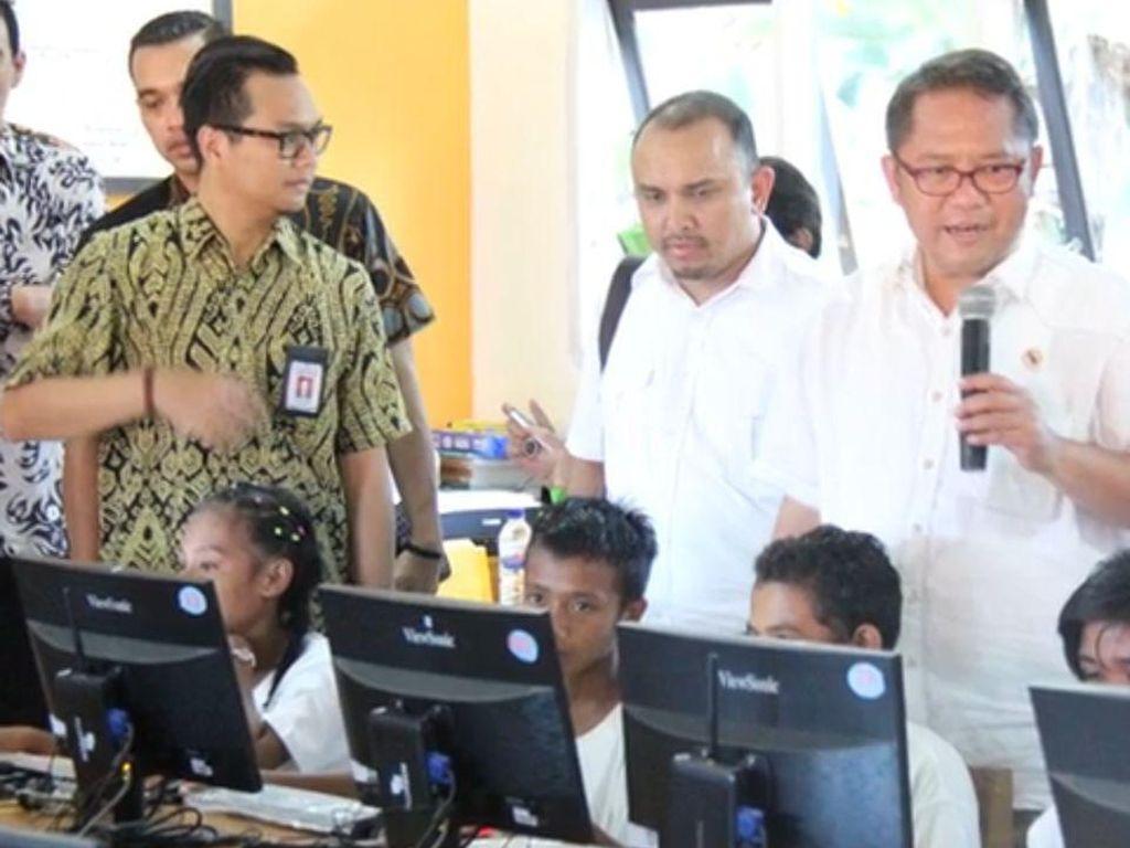 Peninjauan langsung Menkominfo Rudiantara ke daerah terpencil untuk melihat pamanfaatab akses internet.(Foto: BAKTI/Kominfo)