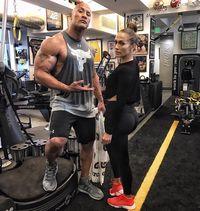 Jennifer Lopez merupakan salah satu rekan gym The Rock. Sama-sama sudah berusia di atas 45 tahun, keduanya masih nampak sehat dan bugar. (Foto: instagram/@therock)