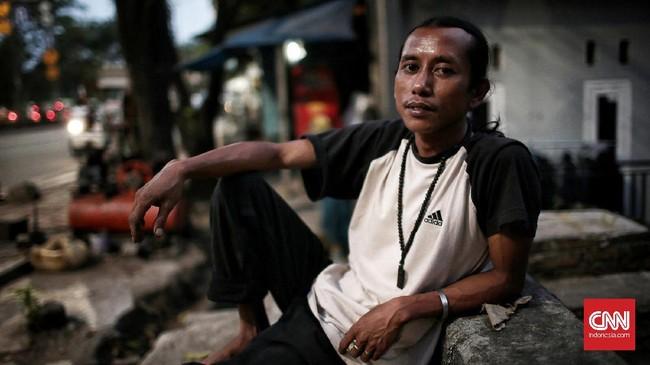 <p>Awey (38) menjadi tukang tambal ban sejak 2004, di dekat Halte Halimun, Jalan Galunggung, Jakarta. Ia melakoni pekerjaaannya dari jam 11.00 WIB sampai 21.00 WIB dengan pendapatan terbesar rata-rata Rp120 ribu per hari. (CNN Indonesia/Andry Novelino)</p>