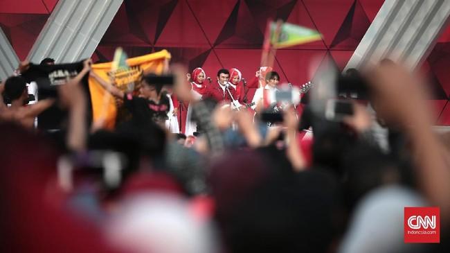 Selain berusaha memanjat batang pohon pinang, warga juga dapat menikmati alunan lagu dangdut dari Grup Soneta dan raja dangdut Rhoma Irama (CNN Indonesia/Andry Novelino)