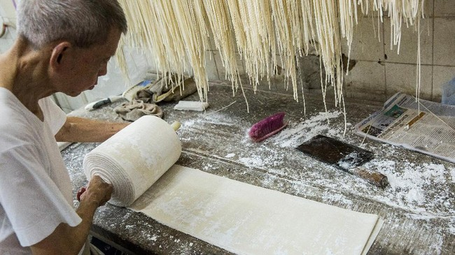 Mi yang paling laku biasanya dilengkapi dengan pangsit udang atau babi, atau mi yang dibuat dengan telur udang. (AFP PHOTO / Isaac LAWRENCE)