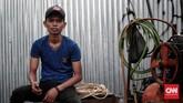 <p>Faisar (22), punya jam kerja lebih 'berat' karena harus melawan kantuk yaitu dari jam 16:00 WIB sampai dengan 07:00 WIB. Ia menjalani profesi sebagai tukang tambal ban sejak 2017, di Jalan Dr. Saharjo. Jakarta. (CNN Indonesia/Andry Novelino)</p>