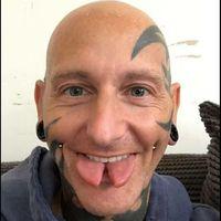 Ingin tampil beda, beberapa orang sengaja melakukan modifikasi tubuh ekstrem membelah lidahnya. Penampilan ini menyerupai lidah ular yang bercabang. (Foto: Instagram/divinecanvas)
