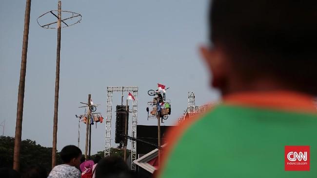 Panjat pinang bukan satu-satunya tradisi yang identk dengan 17-an. Permainan seperti memasukkan paku ke botol, lomba makan kerupuk, hingga lomba bakiak pun sering digelar ketika merayakan kemerdekaan Indonesia. (CNN Indonesia/Andry Novelino)