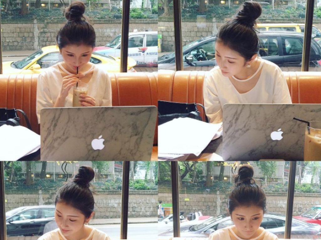 Ini adalah MacBook Air kesayangannya yang juga kerap dipajang di media sosial. Foto: Instagram