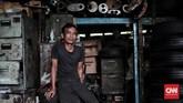 <p>Soleh (45) menjalani profesi sebagai tukang tambal ban secara turun menurun sejak tahun 1960, bertempat di Jalan Pancoran. Jakarta. Setiap hari ia rata-rata mendapatkan Rp100 ribu dengan pendapatan lain seperti jual ban mobil bisa mendapat keuntungan Rp250 ribu per hari. (CNN Indonesia/Andry Novelino)</p>