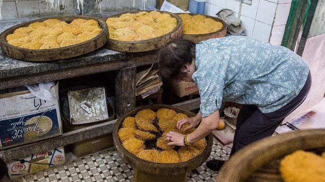 Mi yang bisa dengan cepat disajikan sangat cocok dengan ritme Hong Kong. Para pekerja kantorannya sering menghabiskan semangkuk mi untuk sarapan (AFP PHOTO / Isaac LAWRENCE)