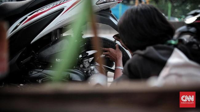 <p>Profesi tambal ban juga bisa terkena imbas perubahan zaman setelah salah satu perusahaan aplikasi transportasi mengumumkan bahwa mereka akan memasukkan fitur bantuan tambal ban ke dalam layanan mereka. (CNN Indonesia/Andry Novelino)</p>
