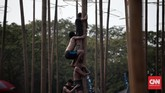 Seorang pemanjat pinang memang hanya bisa mencapai puncak dengan menggunakan bahu orang lain. Inilah perwujudan filosofi gotong royong panjat pinang. (CNN Indonesia/Andry Novelino)
