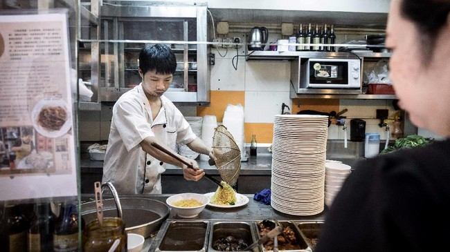 Lau Fat-cheong adalah salah seorang dari segelinting pembuat mi tradisional di Hong Kong. Racikan mi pada restorannya dibuat oleh kakeknya pada 1940-an. (AFP PHOTO / Dale DE LA REY)