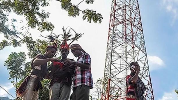 Bertaruh Nyawa Demi Akses Internet di Daerah Pelosok