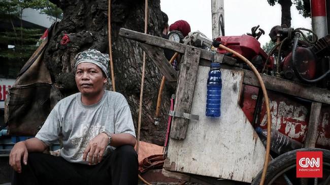 <p>David Purba (40) menjalani profesi sebagai tukang tambal ban secara turun menurun sejak tahun 1990, bertempat di Jalan Pasar Minggu. Jakarta. Ia melakoni pekerjaaannya 24 Jam dengan pendapatan terbesar rata-rata dari tambal ban Rp45 ribu per hari. (CNN Indonesia/Andry Novelino)</p>