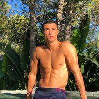 Pria kelahiran Portugal ini memang masih memesona kaum hawa dengan tubuhnya yang atletis. Padahal saat ini Cristiano Ronaldo usianya sudah menginjak 33 tahun. (Foto: instagram/@cristiano)