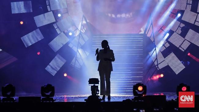 Penyanyi Raisa pun turut serta menjadi pasukan musis lokal yang mewarnai panggung Countdown Asian Games 2018 di lapangan Monas, Jumat (18/8). (CNNIndonesia/Adhi Wicaksono)