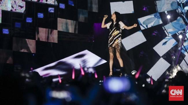 Insiden jatuhnya Taeyeon sempat menimbulkan isu batalnya anggota SNSD itu tampil di Countdown Asian Games 2018. Namun kemunculan Taeyeon di panggung Monas mementahkan kabar tersebut. (CNNIndonesia/Adhi Wicaksono)
