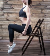 Kursi merupakan alat olahraga rumahan yang multifungsi. Kursi bisa digunakan sebagai sandara ketika melakukan gerakan push-up, atau digunakan sebagai tempat duduk untuk melakukan latihan kaki. Foto: thinkstock