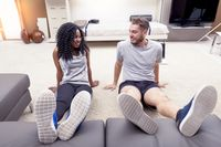 Bosan push-up di kursi? Anda juga bisa menggunakan sofa atau tempat tidur untuk melakukannya. Sofa dan tempat tidur juga cocok digunakan untuk olahraga plank, sebagai tempat menaruh kaki. Foto: thinkstock