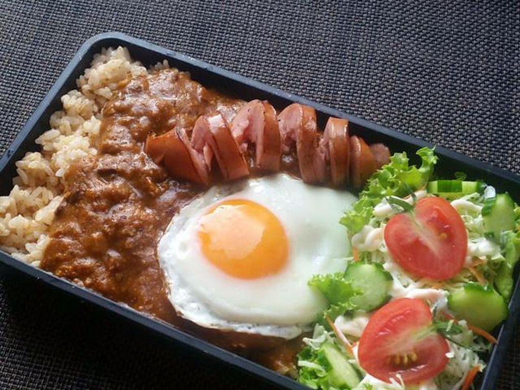 Nasi dengan topping daging cincang saus kari dan sosis serta telur mata sapi bisa jadi pilihan lain. Salad sayuran jadi pelengkap nutrisi yang pas.Foto: Istimewa
