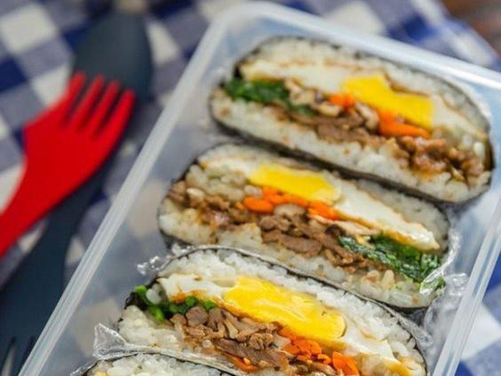 Nasi kepal gaya Korea ini gampang dibuat. Isi nasi dengan abon atau daging tumis, telor dan sayuran lalu balut dengan nori.Foto: Istimewa
