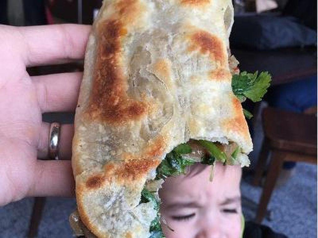 Topi yang panjang ini ternyata terbuat dari Shao Bing Beef pancake dari Nothern Tiger. Kok wajahnya agak takut gitu yah?Foto: Instagram: FoodBabyNy