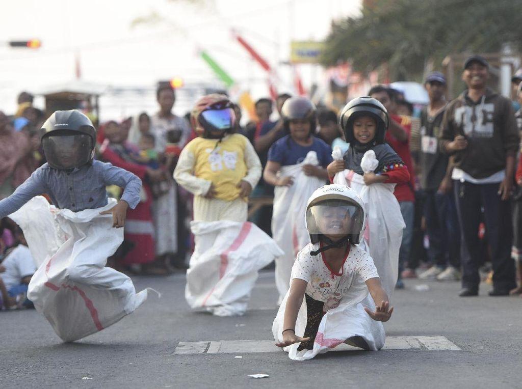 Salah satu peserta lomba terjatuh/ ANTARA FOTO/Zabur Karuru/kye/17