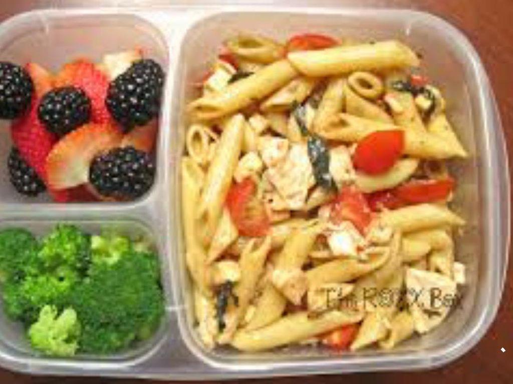 Kalau suka pasta, penne yang ditumis dengan paprika dan tomat bisa jadi pilihan. Tumisan brokoli dan buah segar akan melengkapi nutrisi bekal ini. Foto: Istimewa