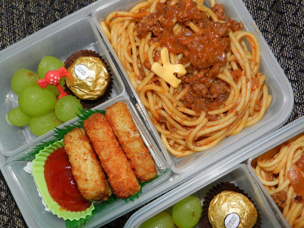 Spaghetti bolognese bisa jadi bekal enak. Tinggal tambah sayuran rebus atau salad dan buah segar.Foto: Istimewa