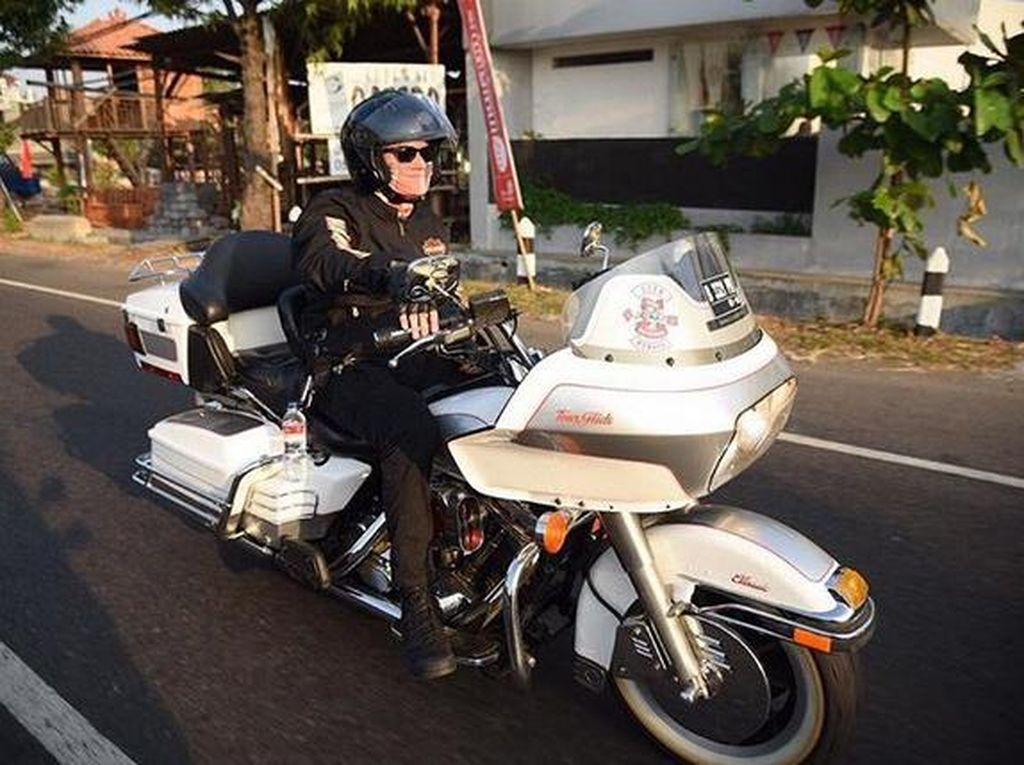 Kang Ferry Maryadi gagah di jalan. Foto: Dok. Instagram/kangferrymaryadi