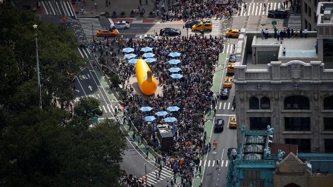 Warga Amerika Serikat memadati tempat umum dan taman untuk menyaksikan gerhana matahari total, Senin (21/8). Salah satunya dari Madison Square, Manhattan, New York.