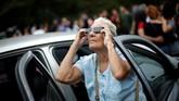 Ternyata ada banyak cara unik untuk menikmati gerhana dengan aman. Tak cuma menggunakan kacamata gerhana seperti dilakukan nenek ini.
