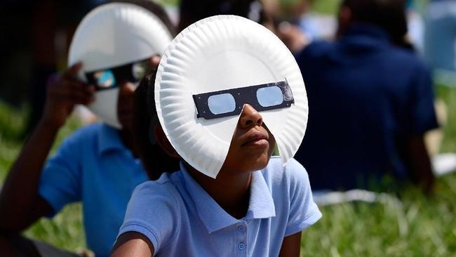 Bocah-bocah sekolah dasar dari Jennings School District di St Louis, Missouri punya kacamata gerhana yang unik untuk melindungi mata mereka darisilaunya matahari. Bundaran piring kertas ditambahkan agar cahaya tak lolos dari balik kacamata yang mungil dan merusak mata anak-anak.