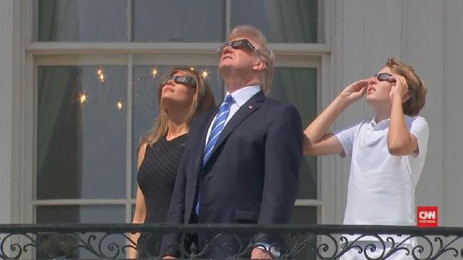 Peristiwa ini menarik perhatian tiap kalangan, tak terkecuali Presiden AS, Donald Trump bersama istri dan anaknya. Mereka menyaksikan gerhana total tersebut dari balkon White House di Washington, DC.