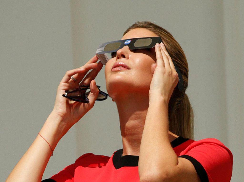 Foto: Adu Gaya Melania Trump Vs Ivanka Trump Tatap Gerhana Matahari