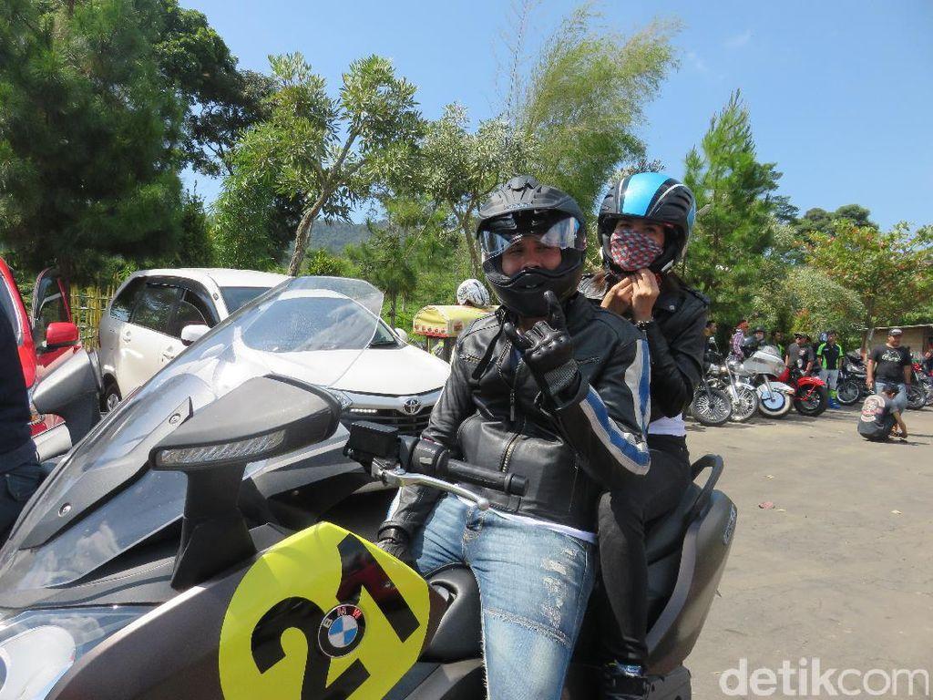 Ganindra Bimo dan Andrea Dian touring menggunakan motor skutik bongsornya. Para artis yang disebut Baikers ini diajak Telkomsel untuk menginisiasi kegiatan sosial mendidik dan menginspirasi dengan tema 'Belajar Menjadi Indonesia'. Foto: Ruly Kurniawan