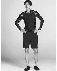 Pemain film salah satunya drama series 'Goblin' yaitu Gong Yoo tak kalah dalam urusan bentuk badan ideal. Tingginya 185 cm dan memiliki tubuh kekar serta perut yang berotot. Rahasianya? Rutin olahraga salah satunya berselancar. (Foto: Instagram @gongyoo7010)