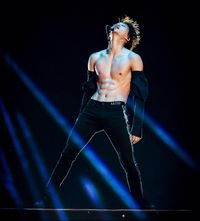 Kim Jong In atau Kai EXO sering tampil dengan menonjolkan bagian perutnya yang seksi. Ya, perutnya sixpack karena sering berolahraga. Di waktu senggangnya, ia kerap kedapatan sedang menaiki sepedanya. (Foto: Instagram @kaijexo)