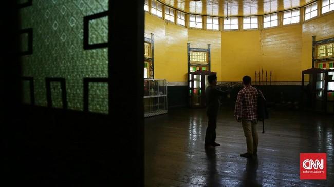 Tembok bangunannya Keraton Kesultanan Kadariyah yang berbahan kayu didominasi oleh warna kuning.