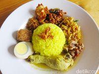 Nasi kuning lengkap dengan telur dan ayam mengandung 290 kkal. Sayangnya, 90 persen kalori dari nasi kuning adalah karbohidrat. Foto: detikcom